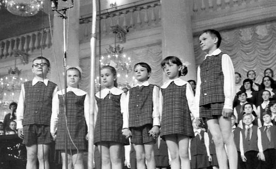 De ce s-a prabusit comunismul? Si ce legatura are asta cu cantecele pentru copii